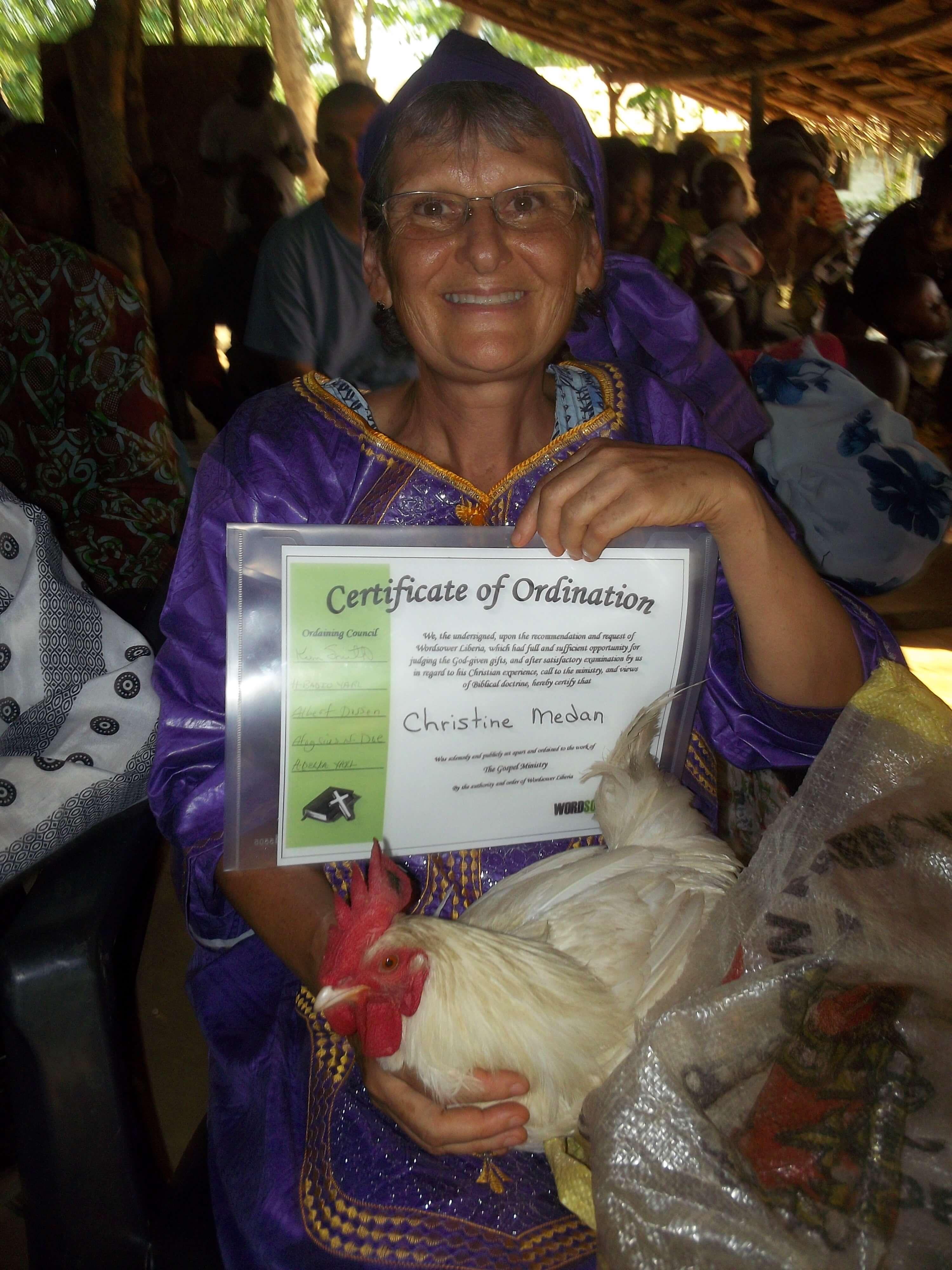 Christine reçoit les honneurs : un certificat d'ordination et un coq ! Cocorico !