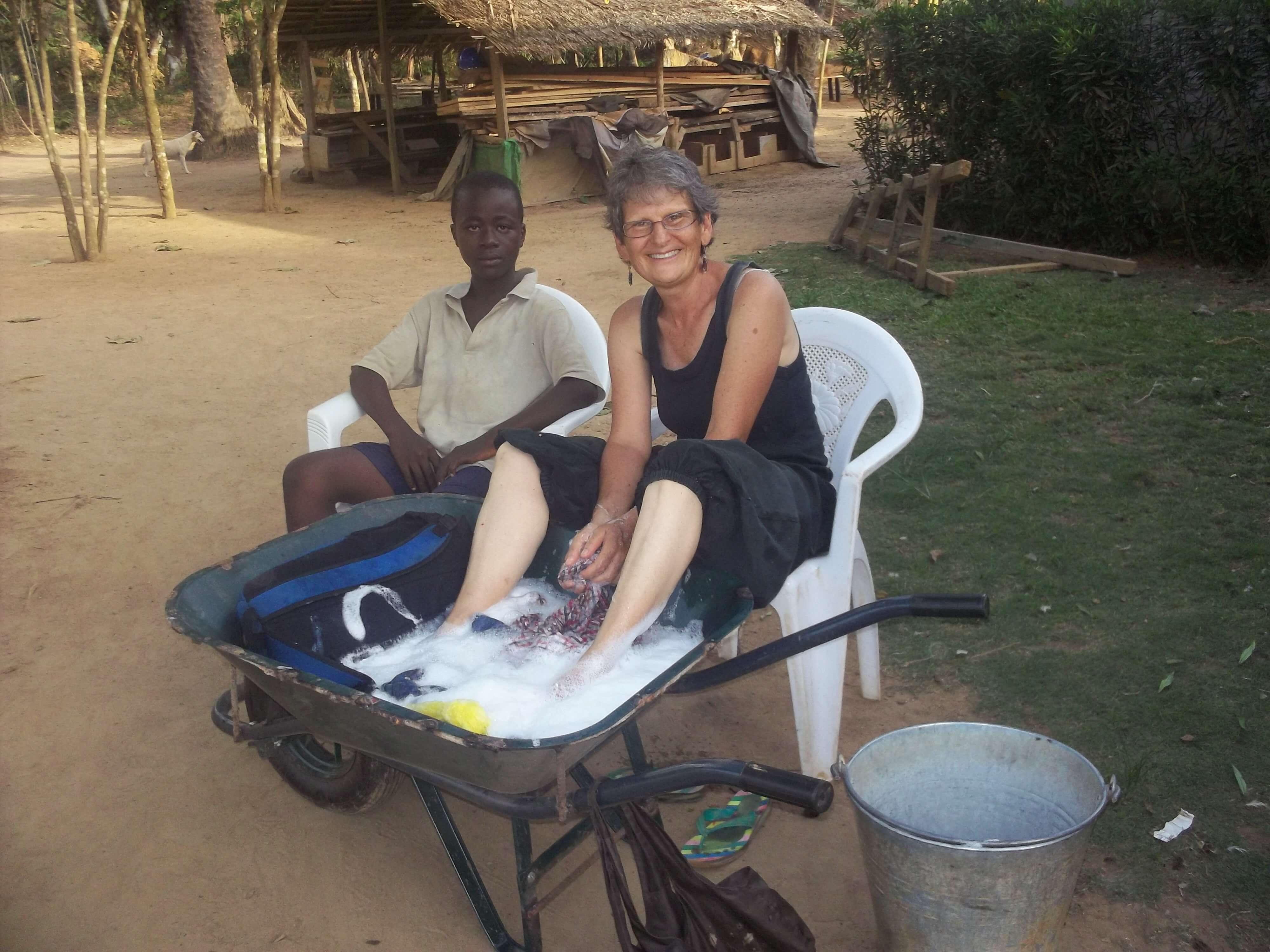 Notre amie Christine, missionnaire au Liberia. 'Alors comme ça quand  on fait sa lessive, on en prof