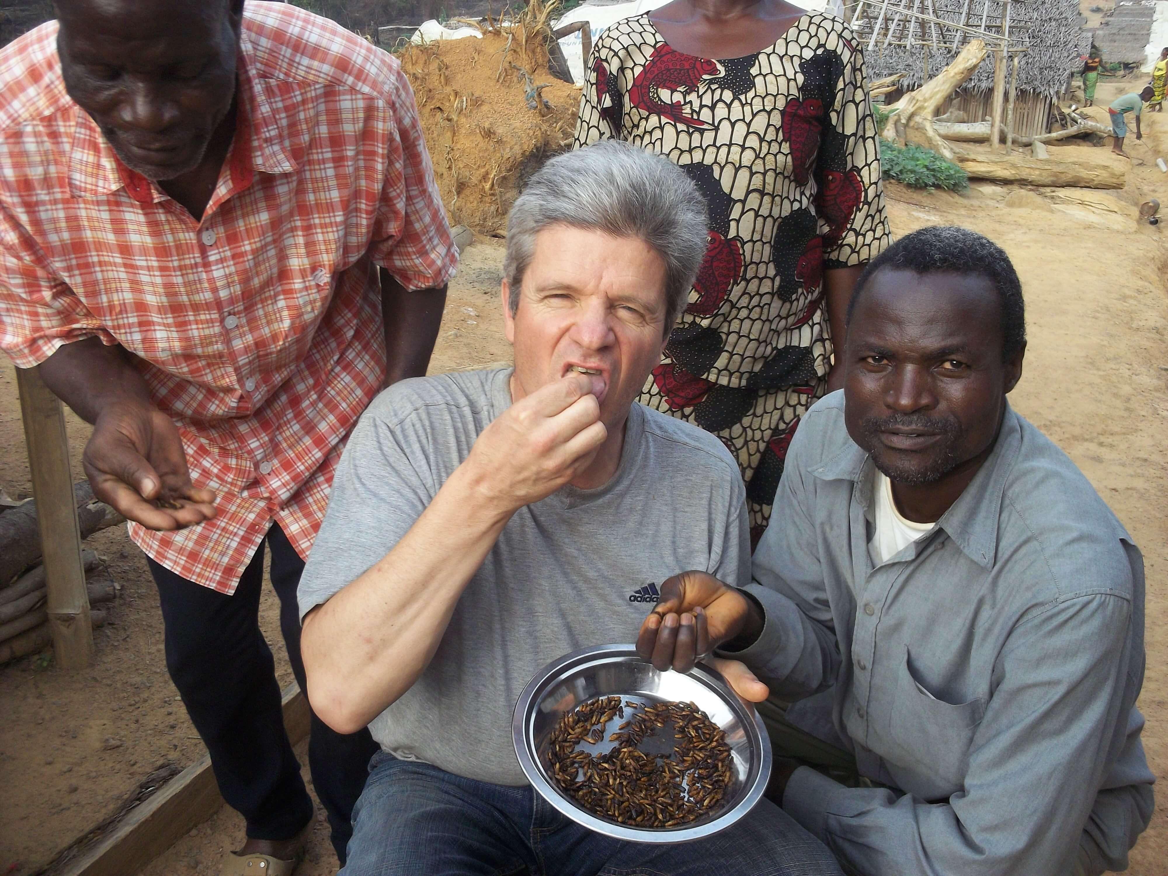 Accueilli par une dégustation de termites grillées : plutôt crunchy !