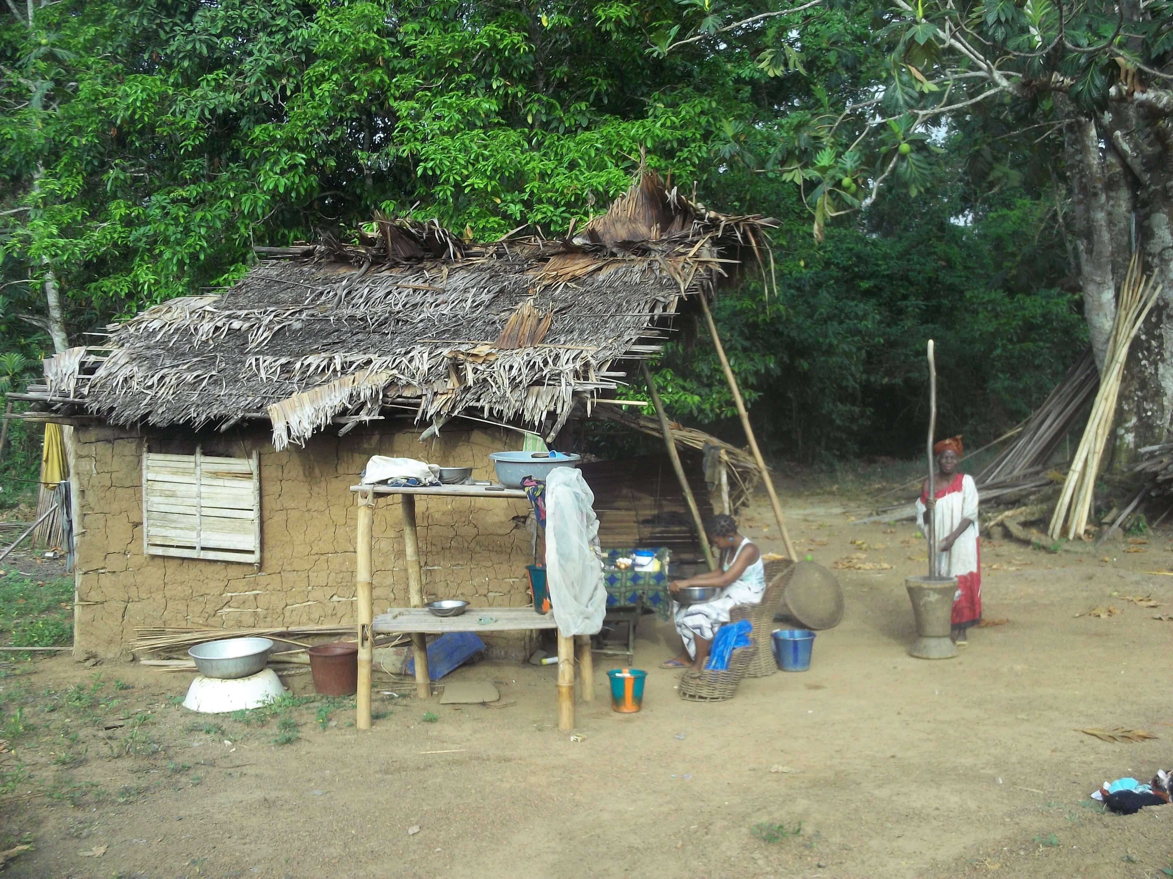 Maison d'une pauvre veuve de ce village qui est en train de piler