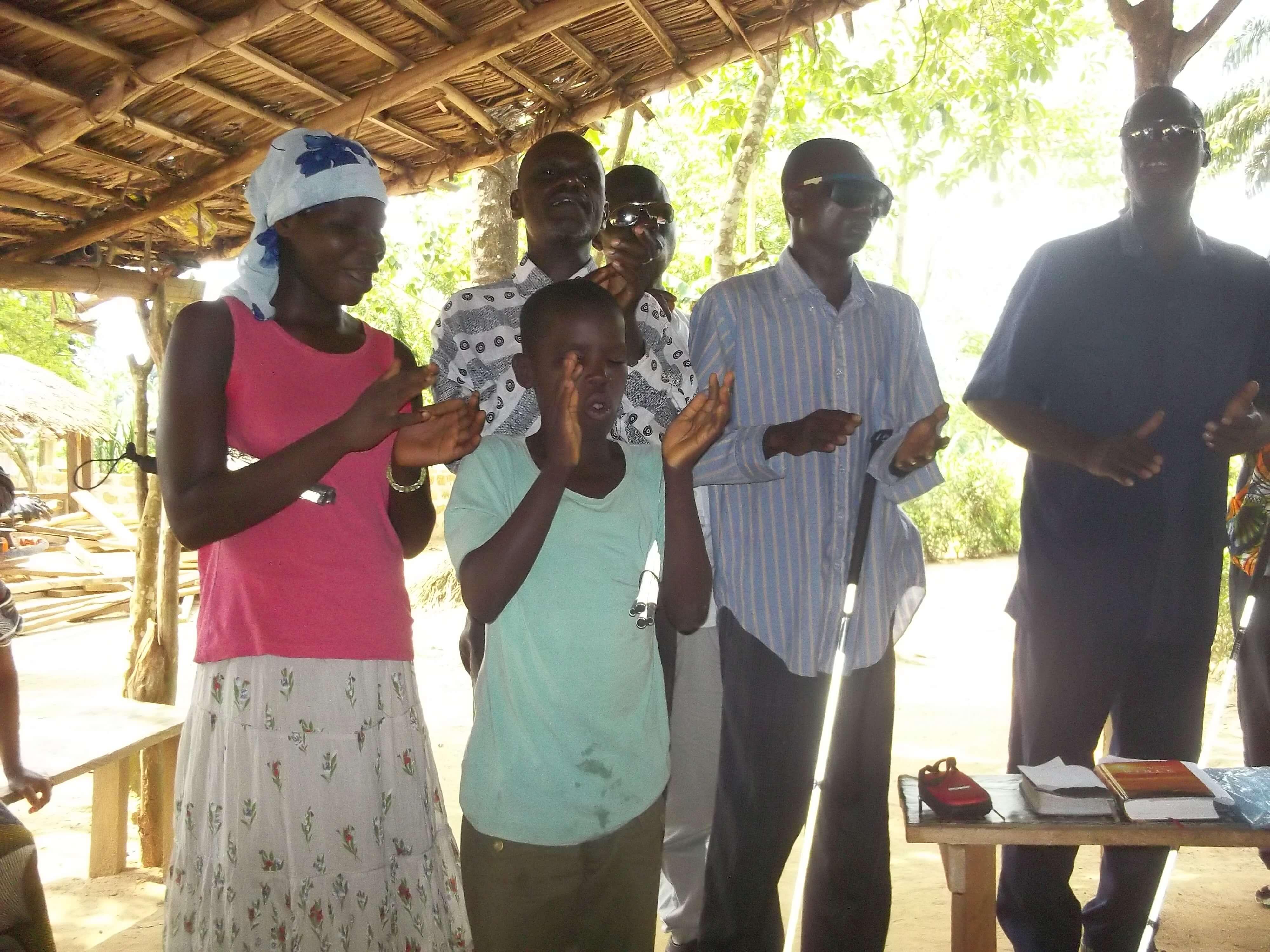 Quelques aveugles du centre sont là et ont tenu à chanter pour leur maman de coeur.
