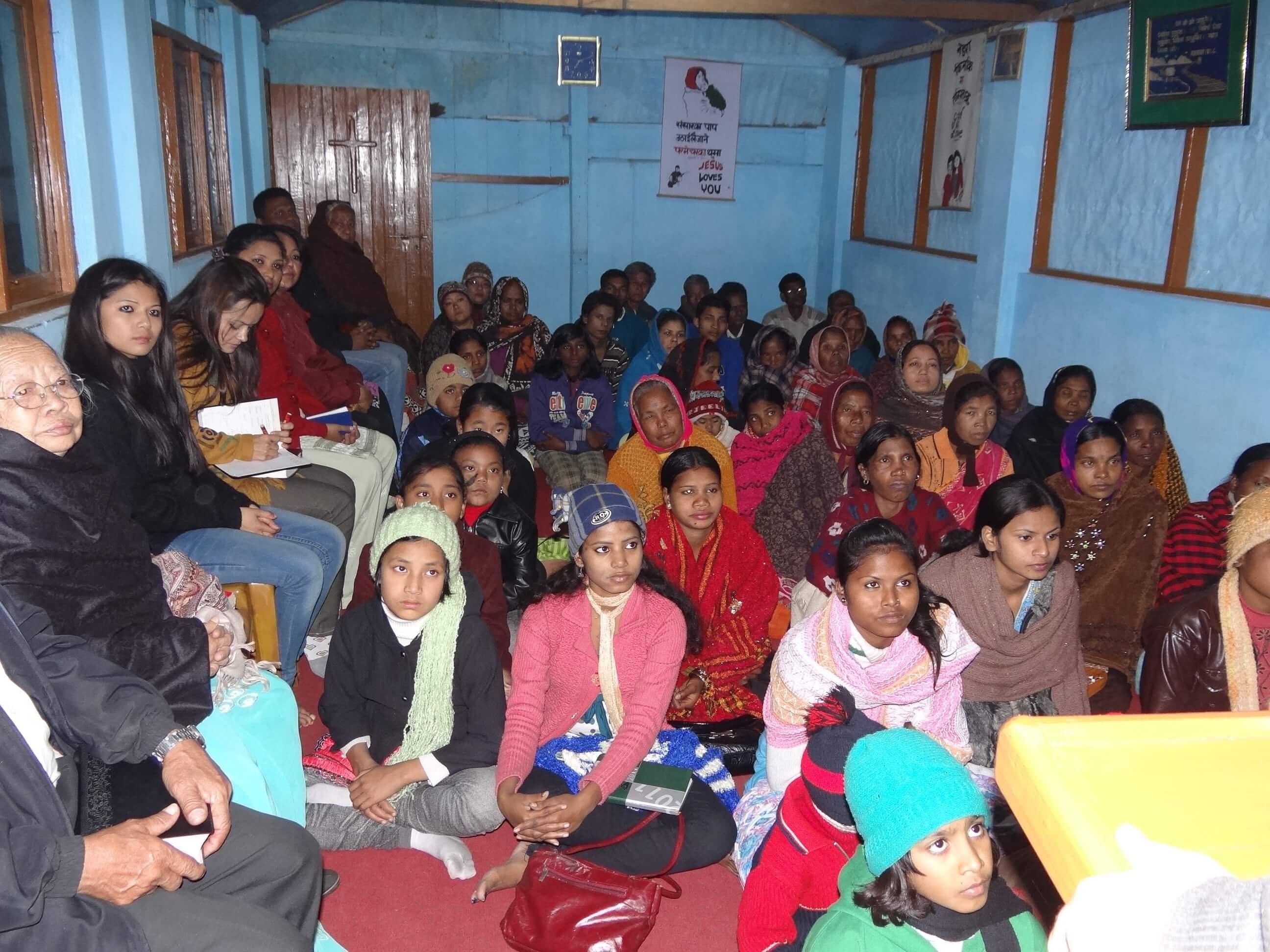 Dans un autre village de plantations de thé, une petite assemblée composée majoritairement de femmes