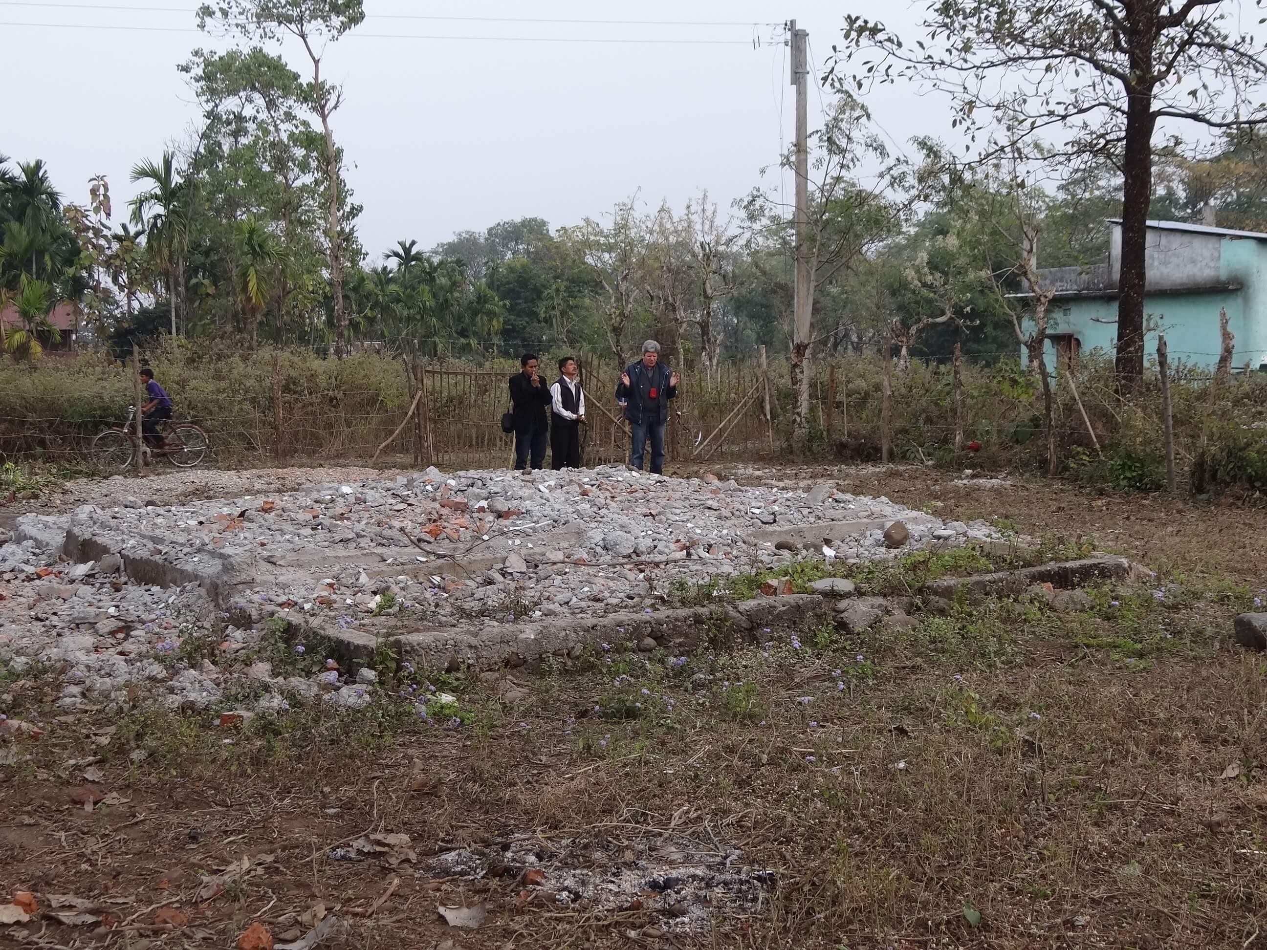 Prière sur un terrain acheté dans un village d'ouvriers dans les plantations de thé pour y construir