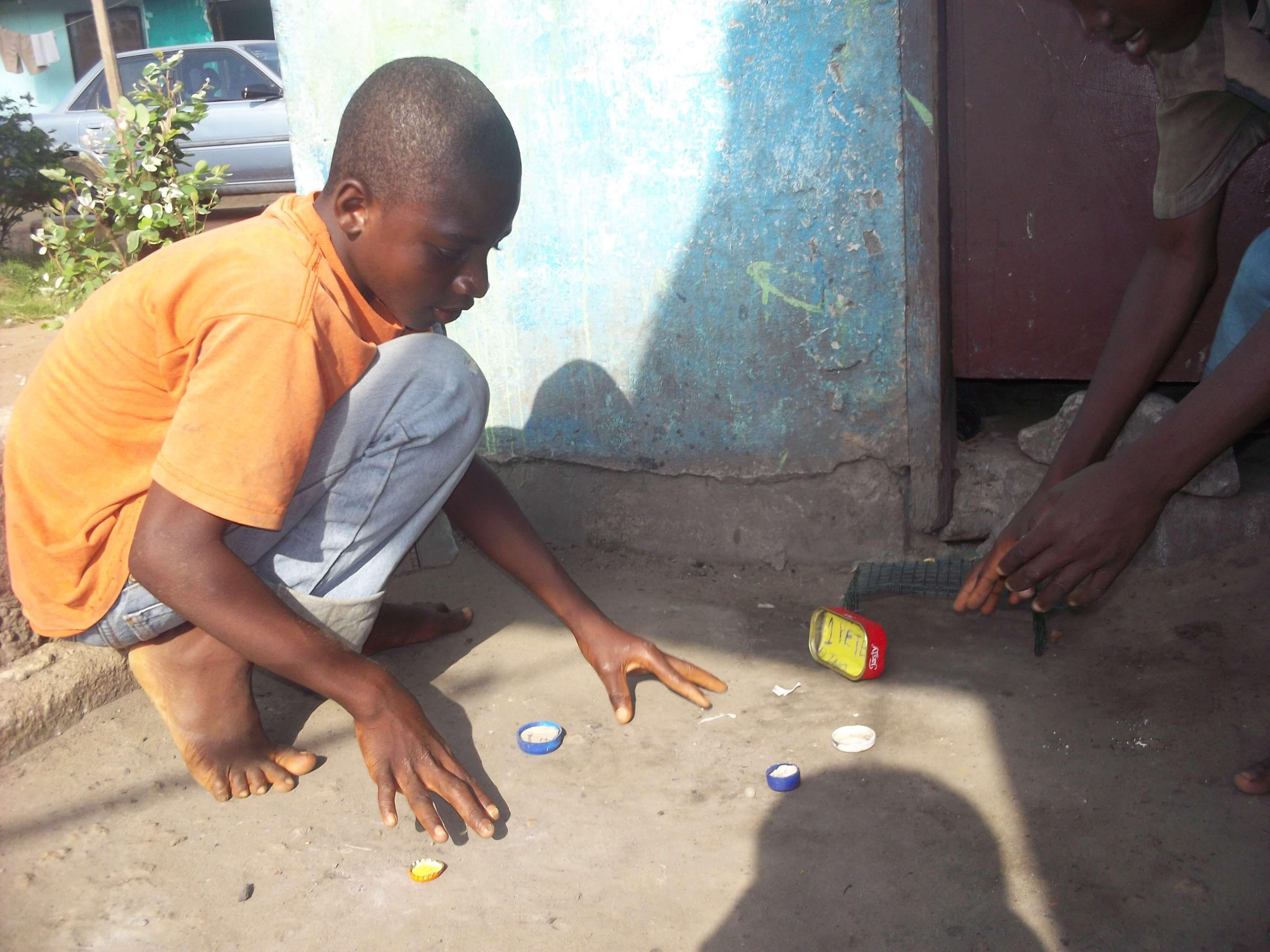 Ici pas de Play Station ! On joue au foot avec des bouchons (les bleus contre les jaunes)  et des  b