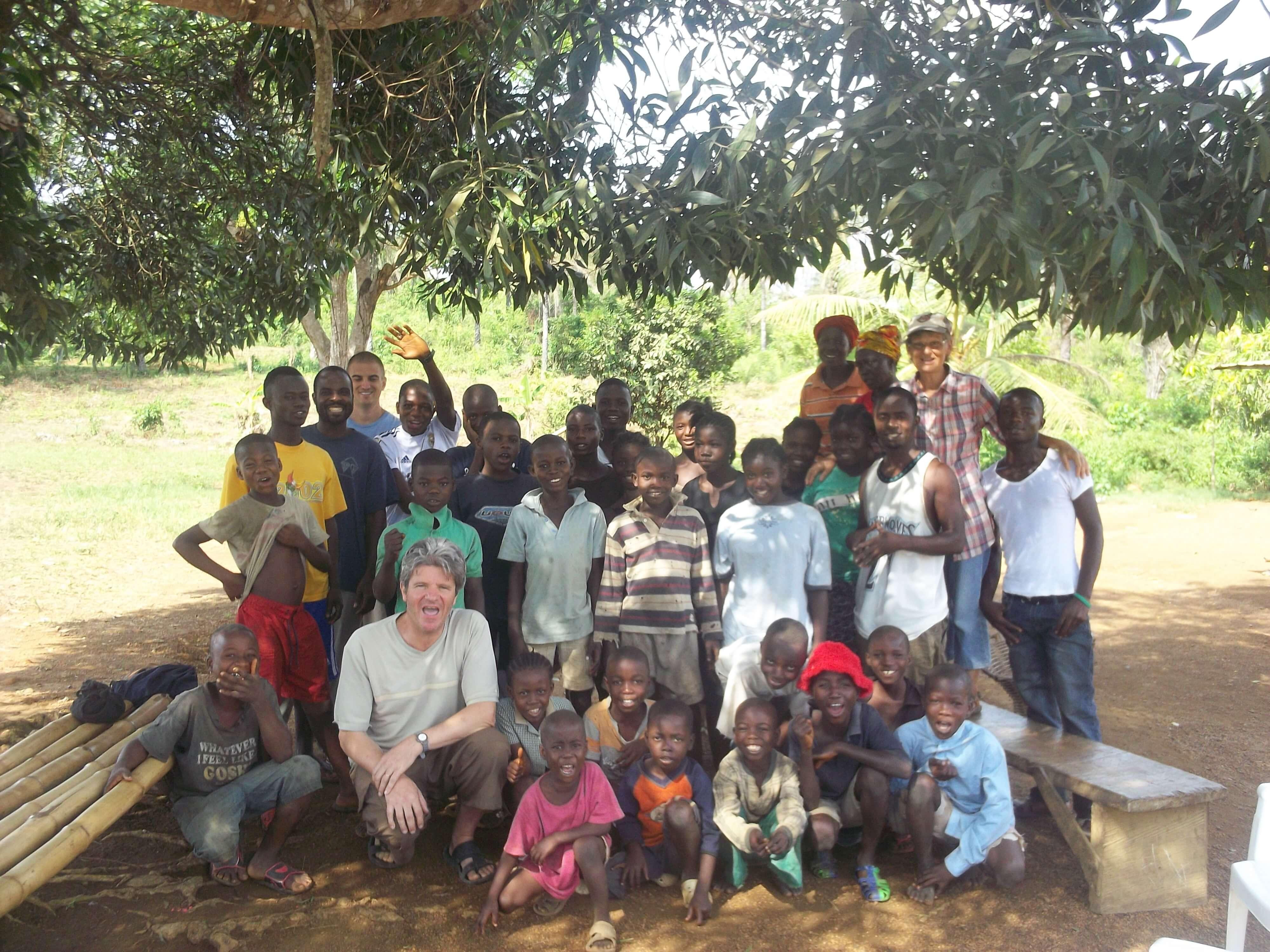 Puis, on a visité une autre école chrétienne après avoir marché quelques km à pieds. Les enfants éta