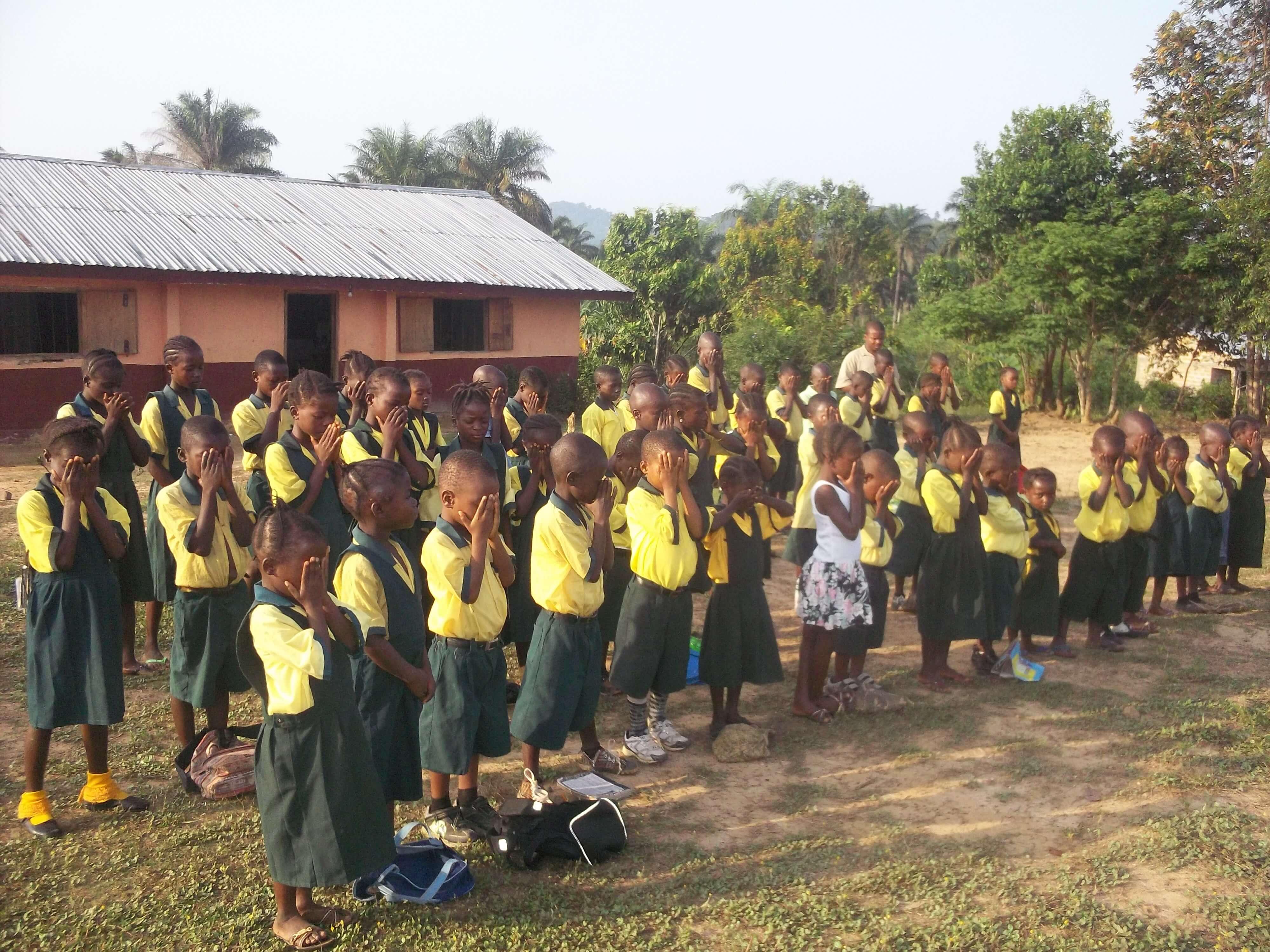 Cette Eglise tient aussi une école, beaucoup d'enfants musulmans la fréquentent. Tous les matins : p
