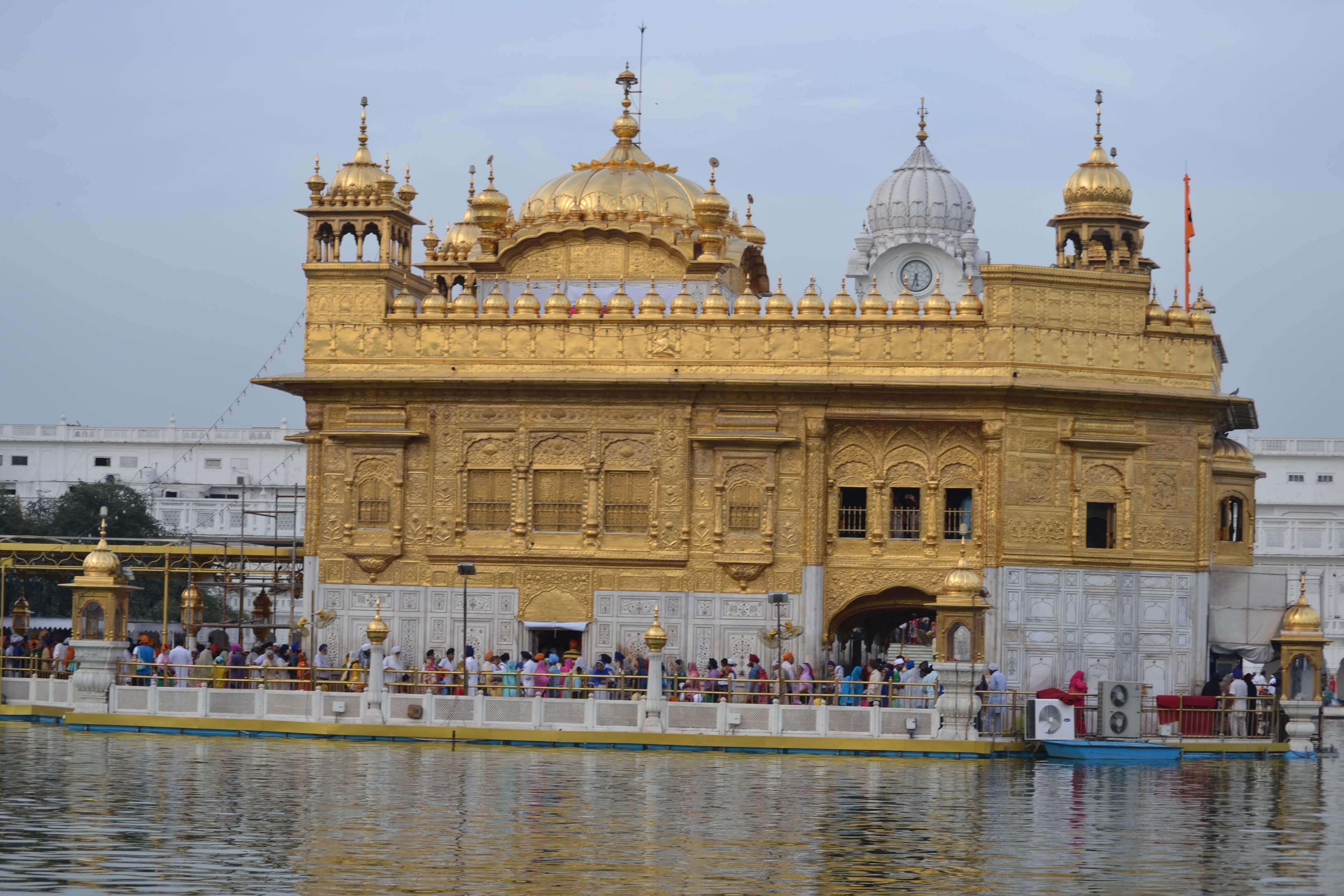Temple d'or d'Amritsar haut-lieu Sikh Penjab