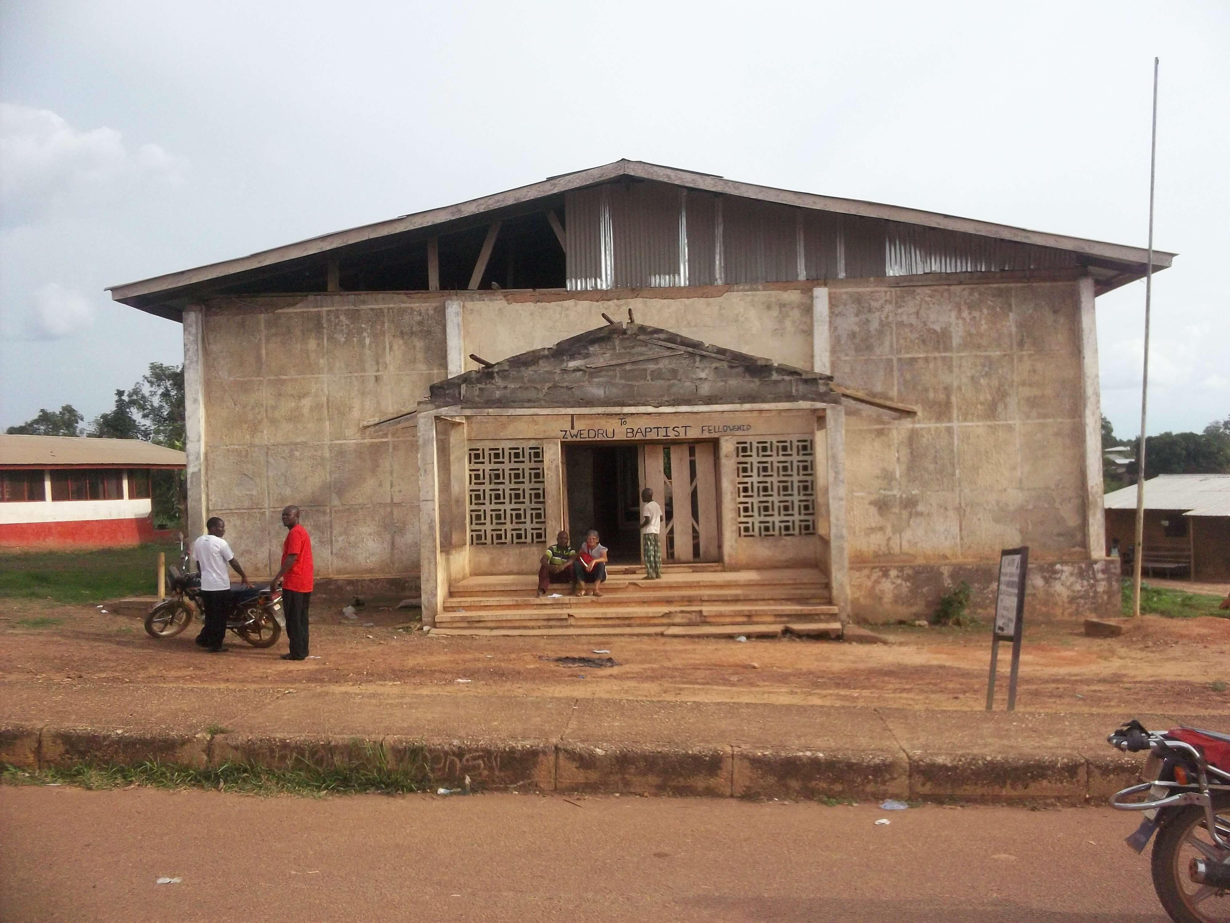 Une église baptiste non utilisée a été mise à la disposition de la mission.