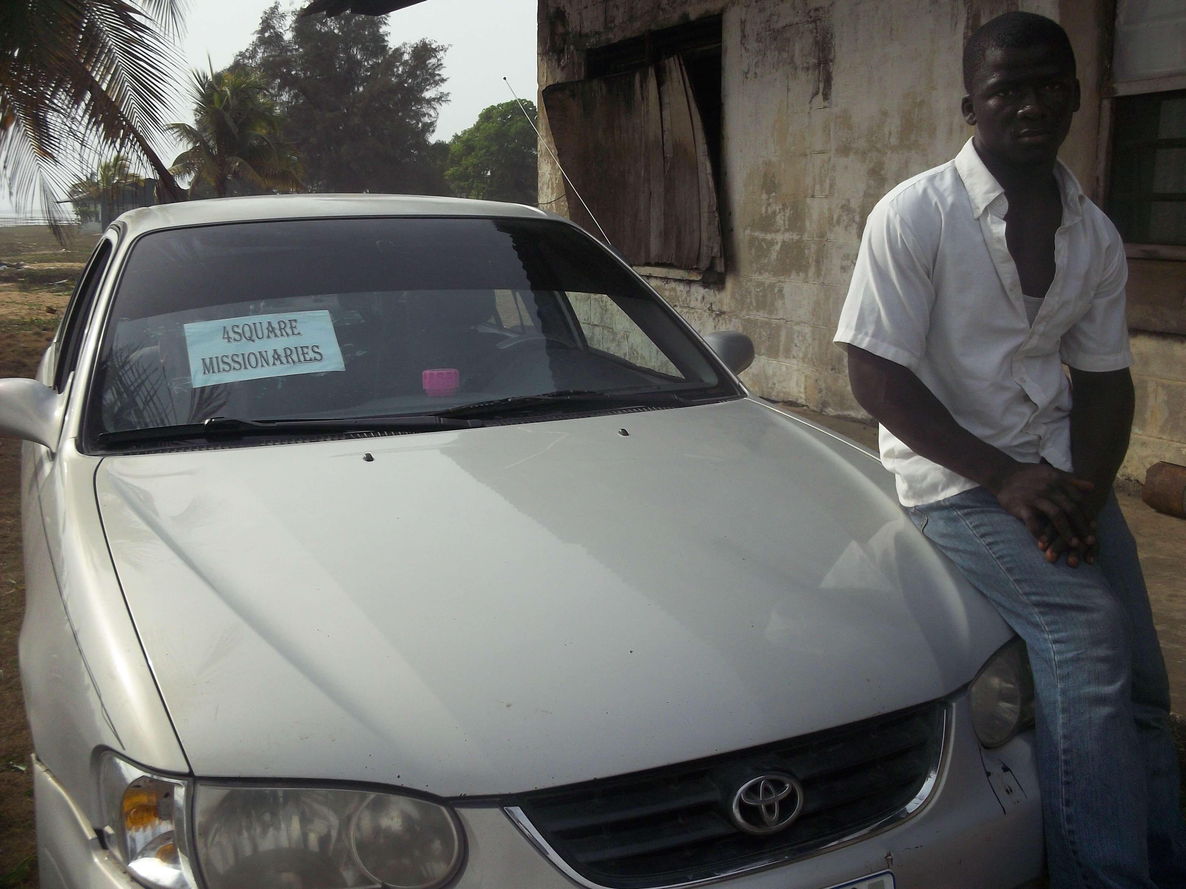 Retour à Monrovia : changement de décor.  A notre service : chauffeur et voiture ! Nous voilà devenu