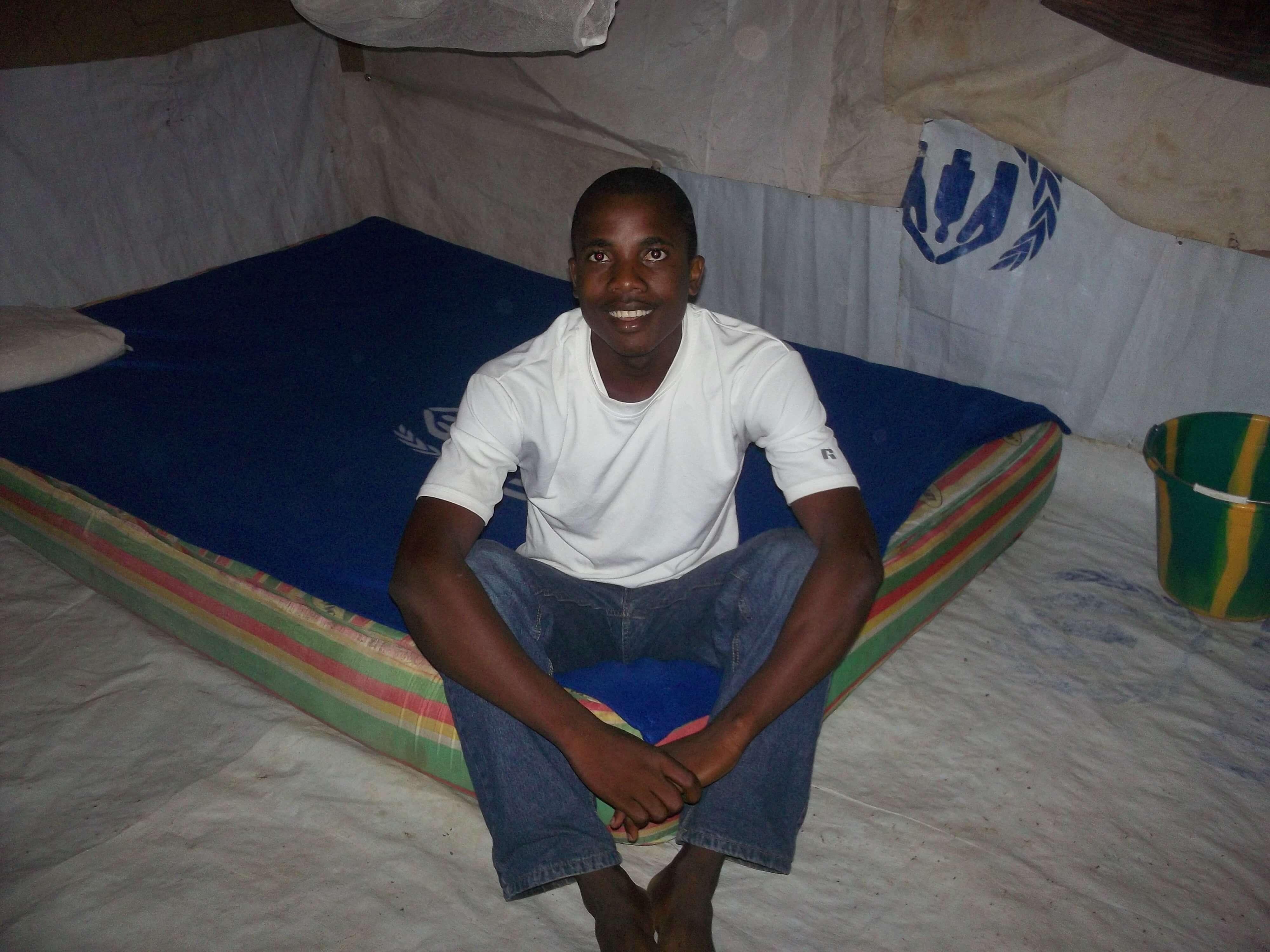Ce jeune homme me laisse son lit afin d'honorer 'l'homme de Dieu'. En Afrique, le sens de l'honneur